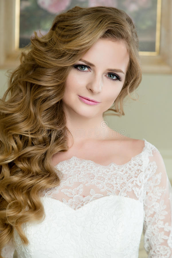 portrait de belle jeune mari e blonde avec le maquillage et la coiffure de mariage image stock. Black Bedroom Furniture Sets. Home Design Ideas