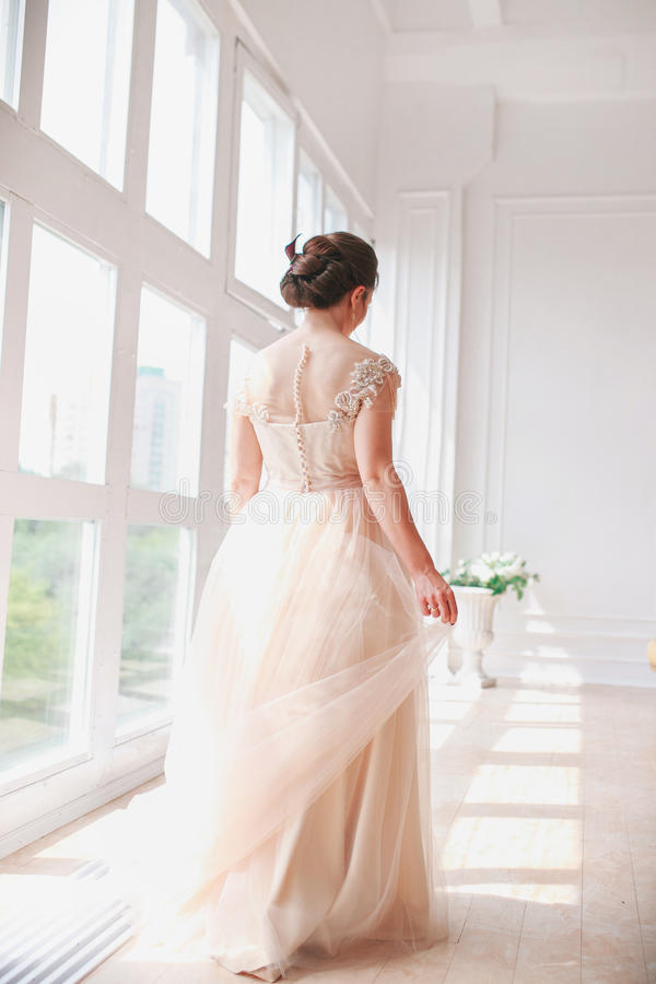Portrait de belle jeune mariée d'intérieur Façonnez la fille de jeune mariée dans la robe de mariage magnifique dans le studio photographie stock