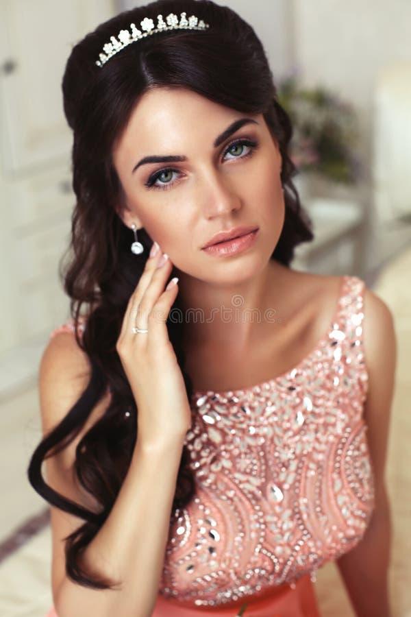 Portrait de belle jeune mariée dans la robe élégante avec le diadème images stock