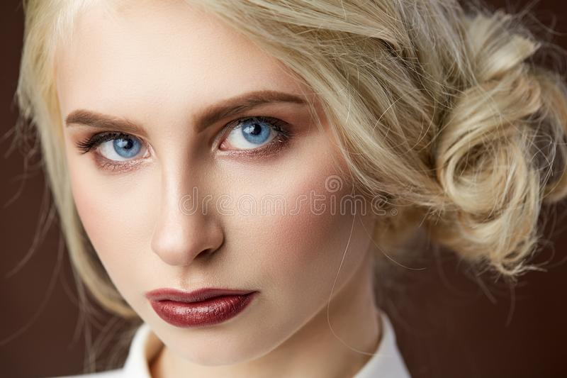 Portrait de belle jeune photo blonde de mode de fille photos stock