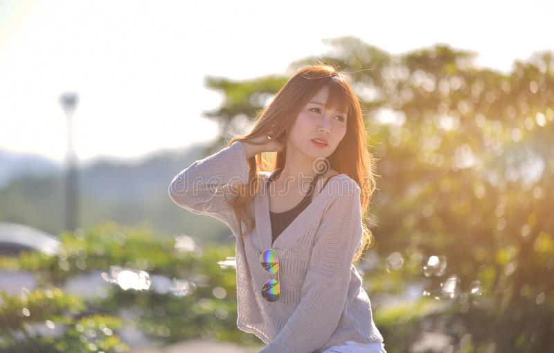 Portrait de belle longue dame blonde de l'Asie de cheveux dans le style de mode photographie stock