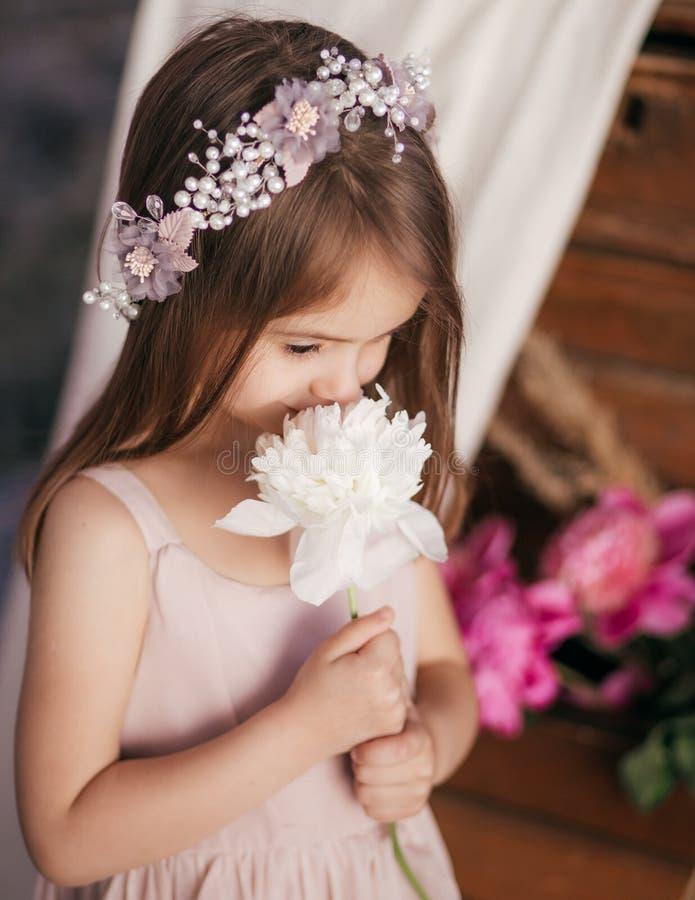 Portrait de belle petite fille avec des pi-mésons image stock