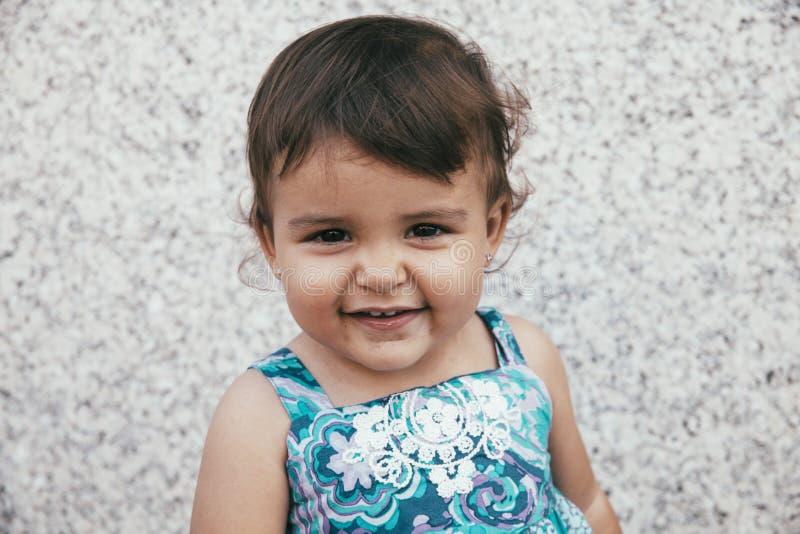 Portrait de belle petite fille de sourire photo stock