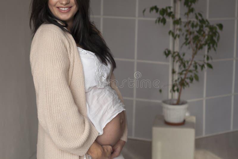 Portrait de belles femmes enceintes avant la livraison dans le blanc photos stock
