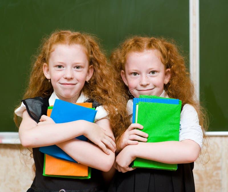 Portrait de belles filles de jumeaux regarder l'appareil-photo images stock