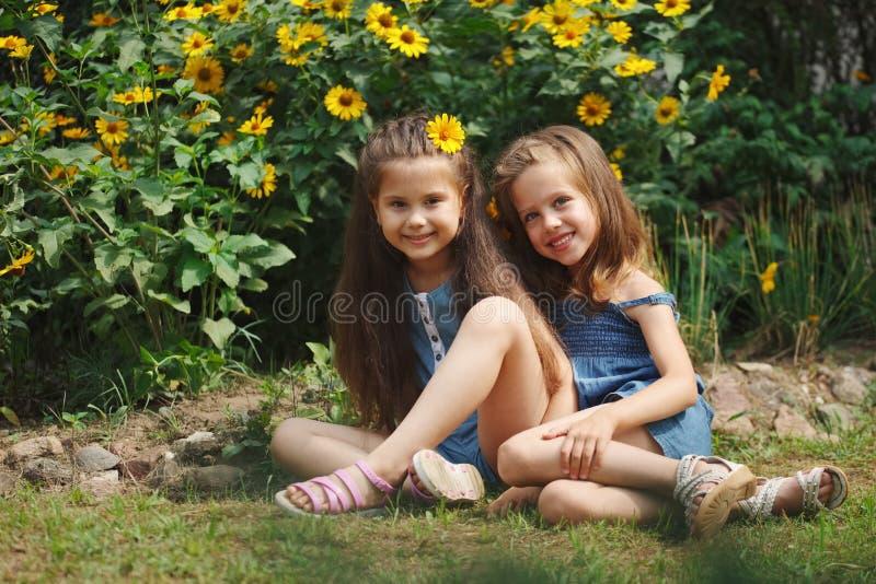 Portrait de belles filles heureuses dans le parterre image libre de droits