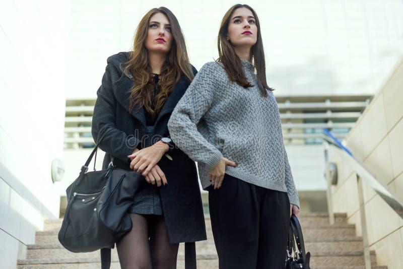 Portrait de belles jeunes femmes posant dans la rue images libres de droits