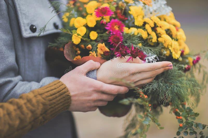 Portrait de belles jeunes mains de couples dans des couleurs chaudes douces et photographie stock libre de droits
