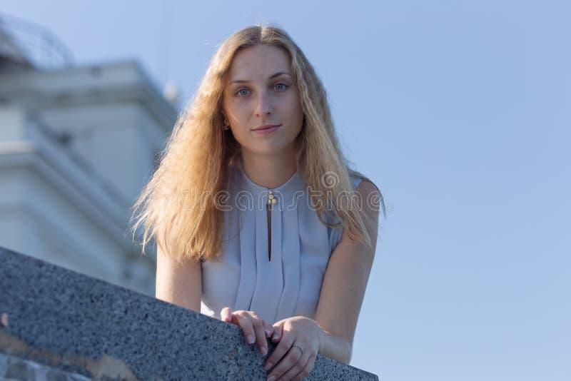 Portrait de blond dans le chemisier sans manche avec les cheveux lâches photographie stock libre de droits
