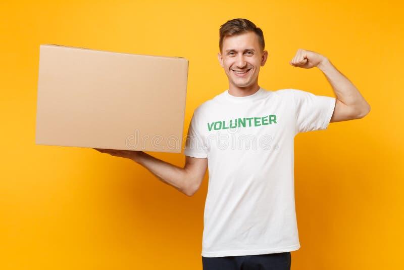 Portrait de bon homme fort dans le T-shirt blanc avec le volontaire écrit de titre de vert d'inscription avec la grande boîte en  photographie stock libre de droits