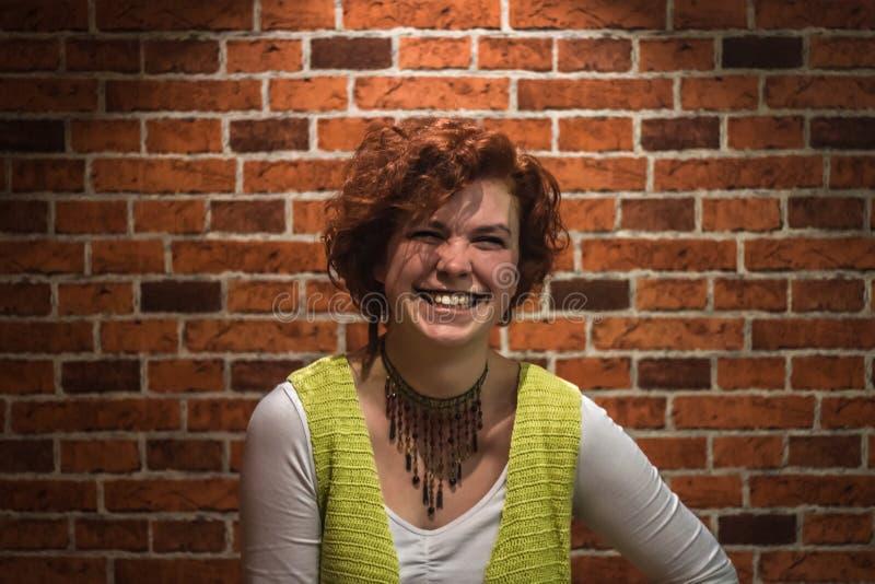 Portrait de bonne-lookin fille avec les cheveux bouclés et les taches de rousseur de gingembre photo libre de droits
