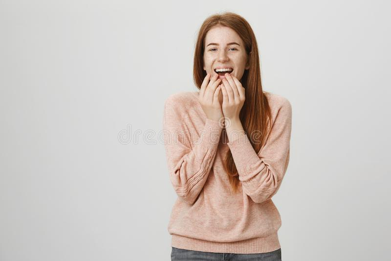 Portrait de bouche caucasienne attrayante mignonne de bâche de fille de gingembre tout en riant et exprimant l'excitation, se ten photographie stock