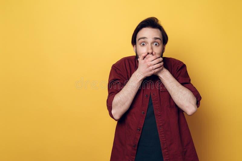 Portrait de bouche choquée de bâche de jeune homme photo libre de droits