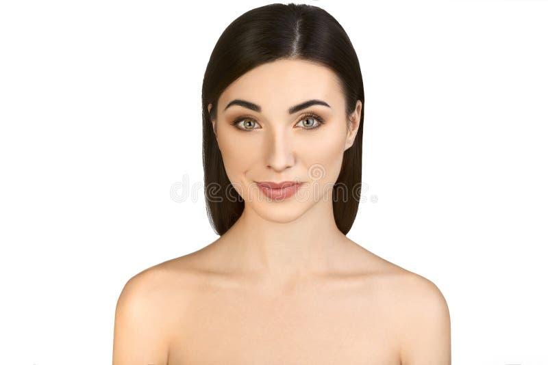 Portrait de brune étonnante avec Houlders dénudé regardant l'appareil-photo et souriant sur le fond blanc photographie stock libre de droits