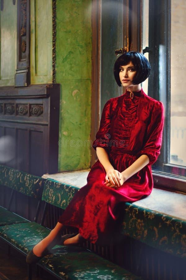 Portrait de brune de dame dans le vieux château Fille de beauté image stock