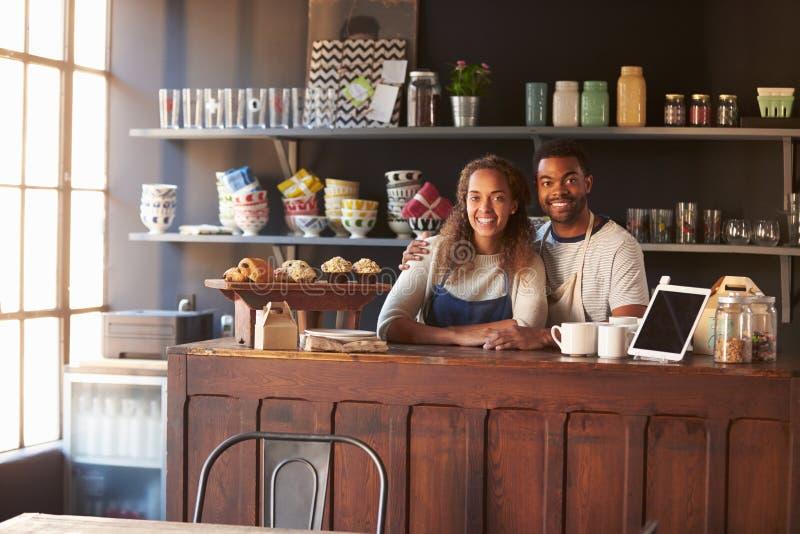 Portrait de café courant de couples derrière le compteur image libre de droits