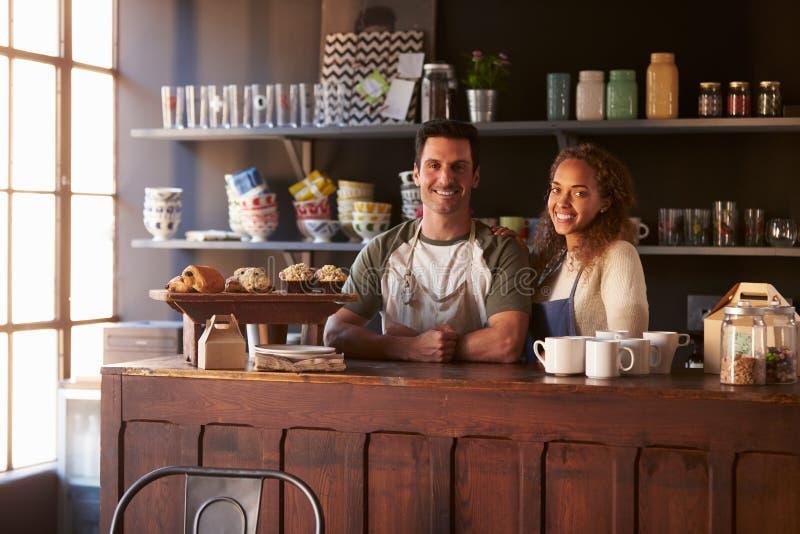 Portrait de café courant de couples derrière le compteur images libres de droits
