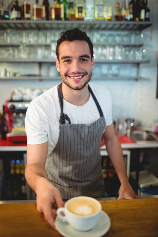 Portrait de café de offre de barman heureux au cafétéria image libre de droits