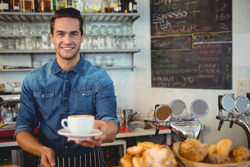 Portrait de café de offre de propriétaire heureux au cafétéria images libres de droits