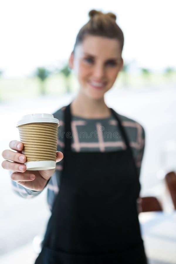 Portrait de café de offre de sourire de serveuse image stock