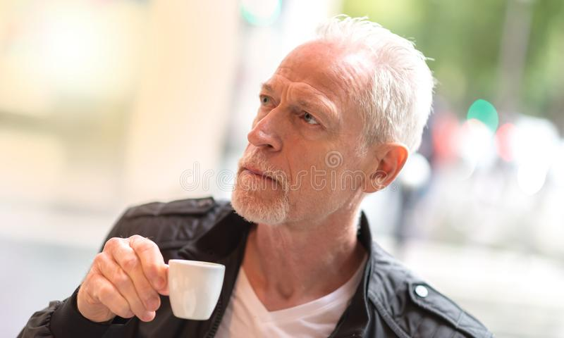 Portrait de café potable d'homme mûr, effet de la lumière photo libre de droits