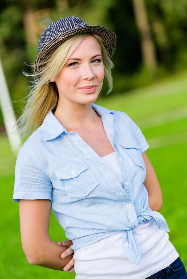 Portrait de chapeau de port de femme assez blonde image libre de droits