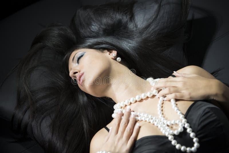 Portrait de charme de belle femme avec des accessoires de perle photo stock