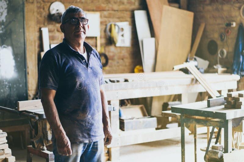 Portrait de charpentier supérieur dans son atelier image libre de droits