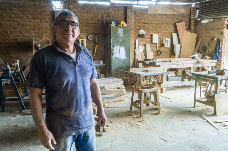Portrait de charpentier supérieur dans son atelier photo stock
