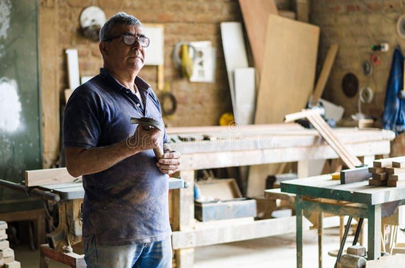 Portrait de charpentier supérieur Position dans son atelier photo libre de droits