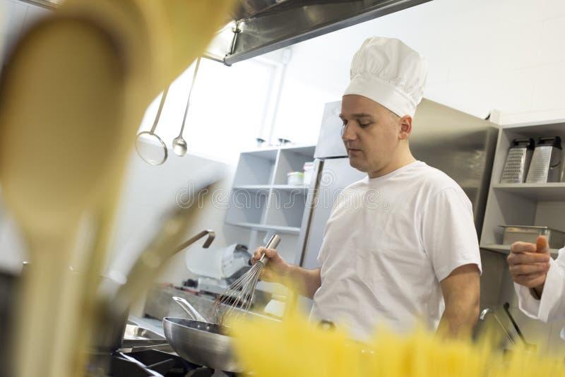 Portrait de chef préparant le repas délicieux dans la cuisine professionnelle photos libres de droits