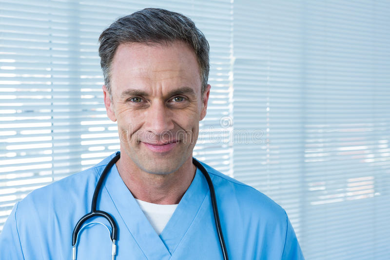 Portrait de chirurgien de sourire photo libre de droits
