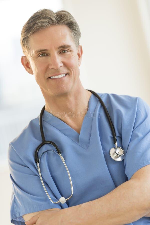 Portrait de chirurgien mûr sûr photo stock