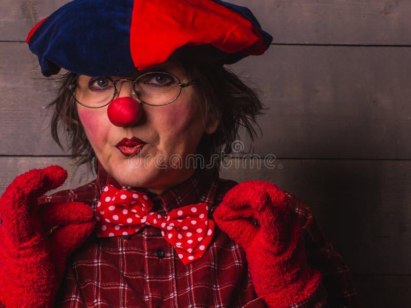 Portrait de clown avec un nez rouge et des lèvres avec un arc image libre de droits
