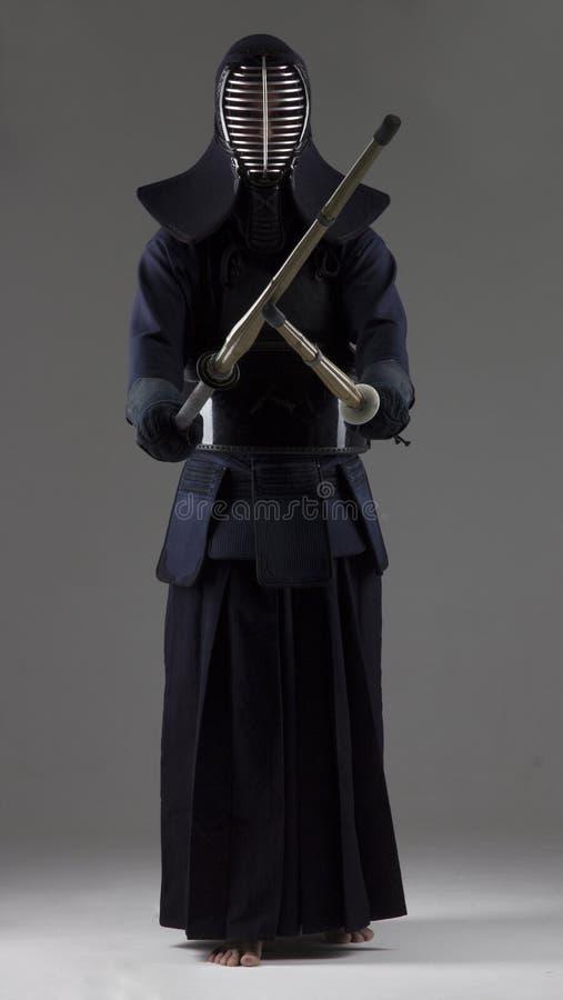 Portrait de combattant de kendo de l'homme avec deux épées en bambou dans l'uniforme traditionnel images libres de droits