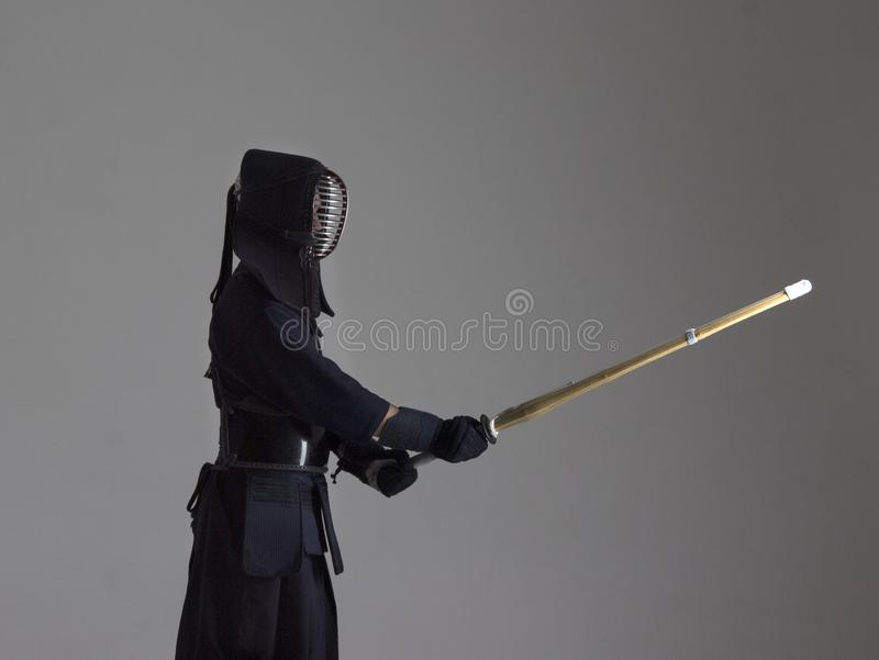 Portrait de combattant de kendo de l'homme avec le shinai Projectile de studio photo libre de droits