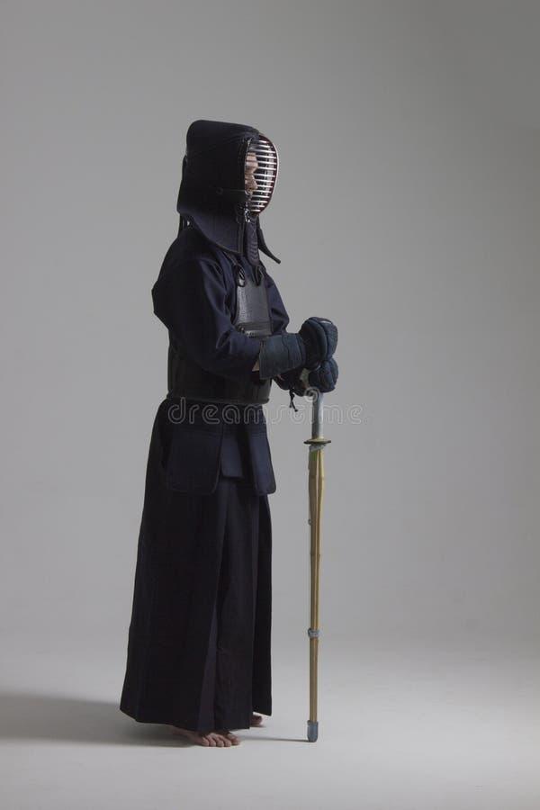 Portrait de combattant de kendo de l'homme avec le shinai Tiré dans le studio image stock