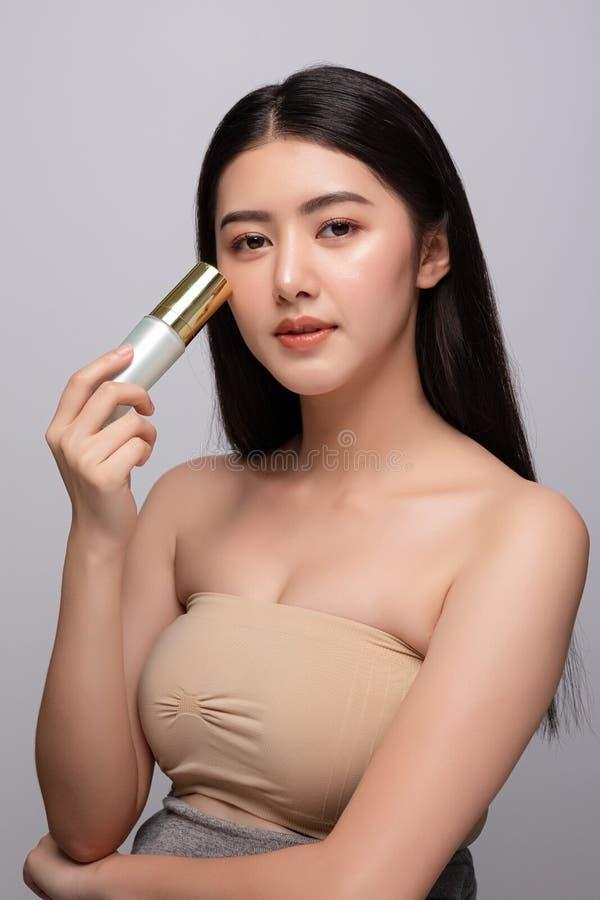 Portrait de concept nu frais propre de peau de belle jeune femme asiatique Soins de la peau de visage de beauté de fille et bien- images stock