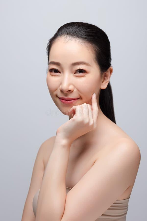 Portrait de concept nu frais propre de peau de belle jeune femme asiatique Soins de la peau de visage de beauté de fille et bien- photographie stock libre de droits