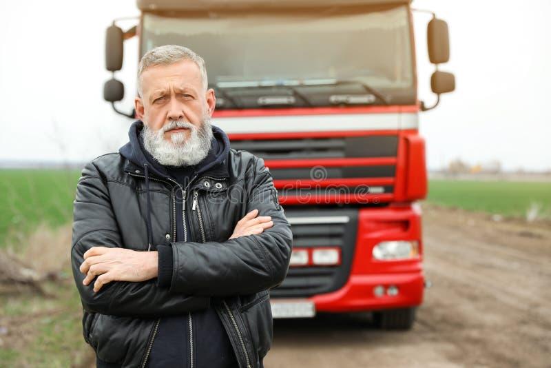 Portrait de conducteur mûr au camion moderne photos libres de droits