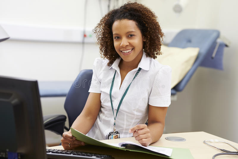 Portrait de conseiller féminin Working At Desk dans le bureau photos libres de droits
