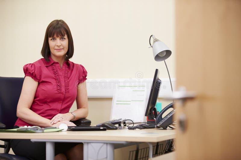 Portrait de conseiller féminin Working At Desk dans le bureau images stock