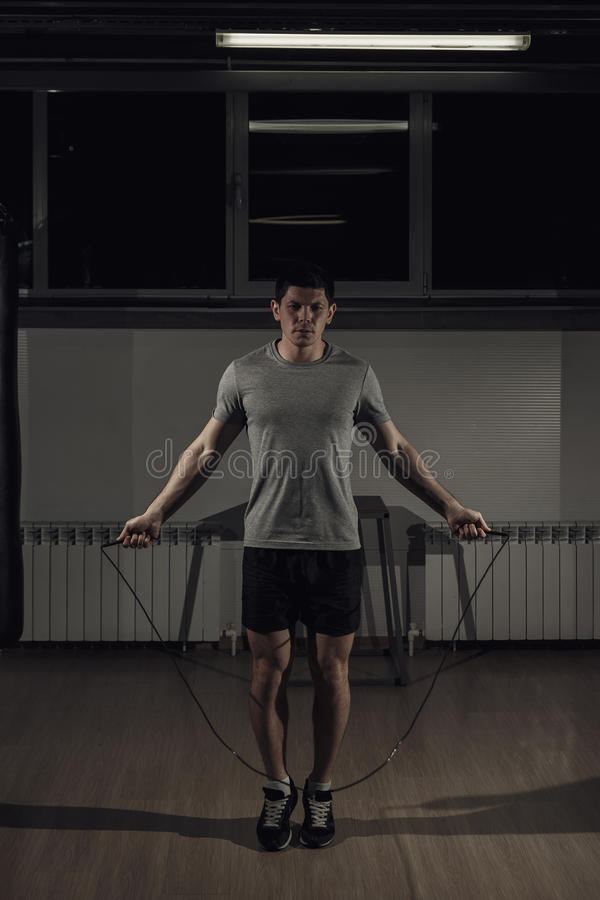 Portrait de corde à sauter de jeune athlète masculin images stock