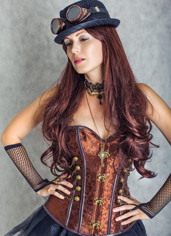Portrait de costume de port de fille sexy de steampunk images stock