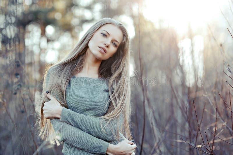 Portrait de coucher du soleil d'une jeune femme assez calme photographie stock libre de droits
