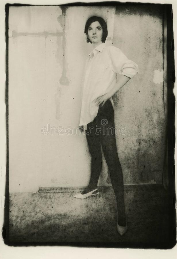 Portrait de croissance d'une femme mince dans le collant et la chemise images stock