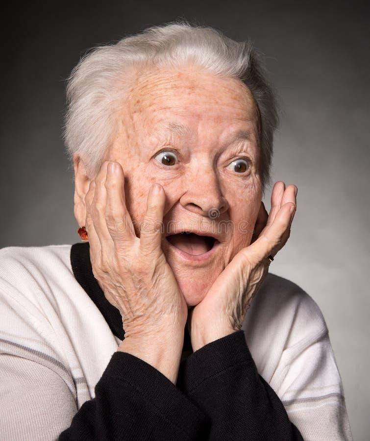 Portrait de dame âgée étonnée photos libres de droits