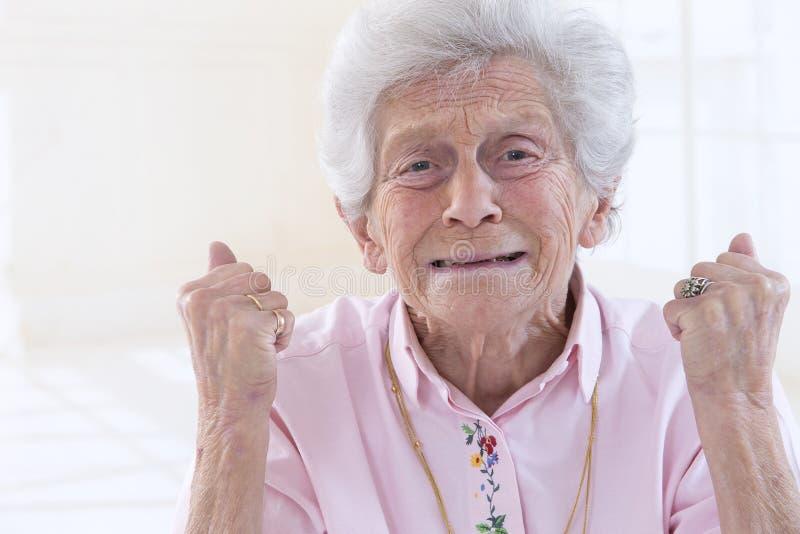 Portrait de dame âgée fâchée image libre de droits