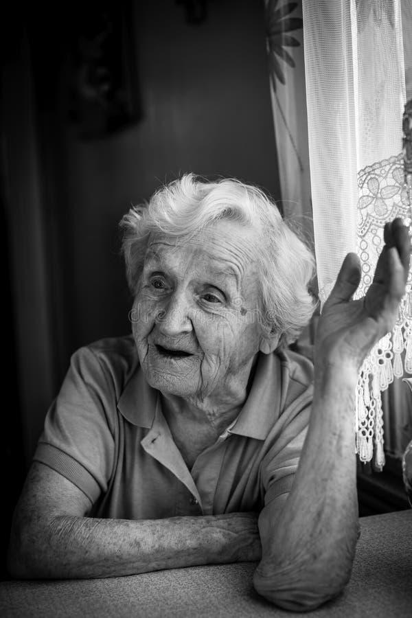 Portrait de dame âgée parlant dans la maison photographie stock libre de droits