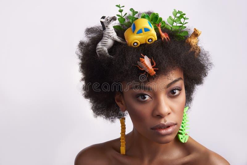Portrait de dame ethnique avec la coiffure impaire photos stock